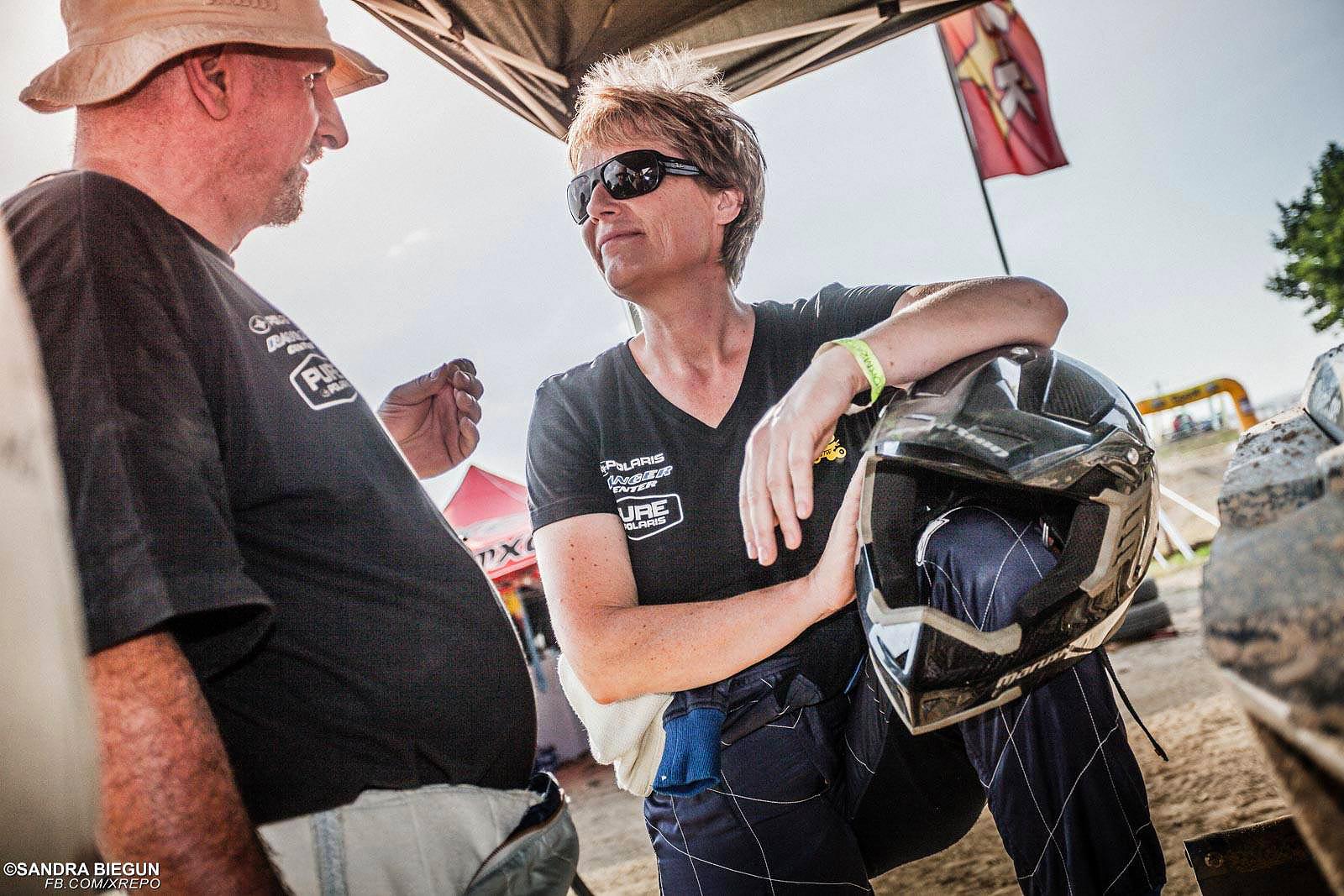 """Jutta Kleinschmidt wie man sie kennt. Immer nah am Publikum - eben ein Rallye Star zum """"Anfassen""""."""