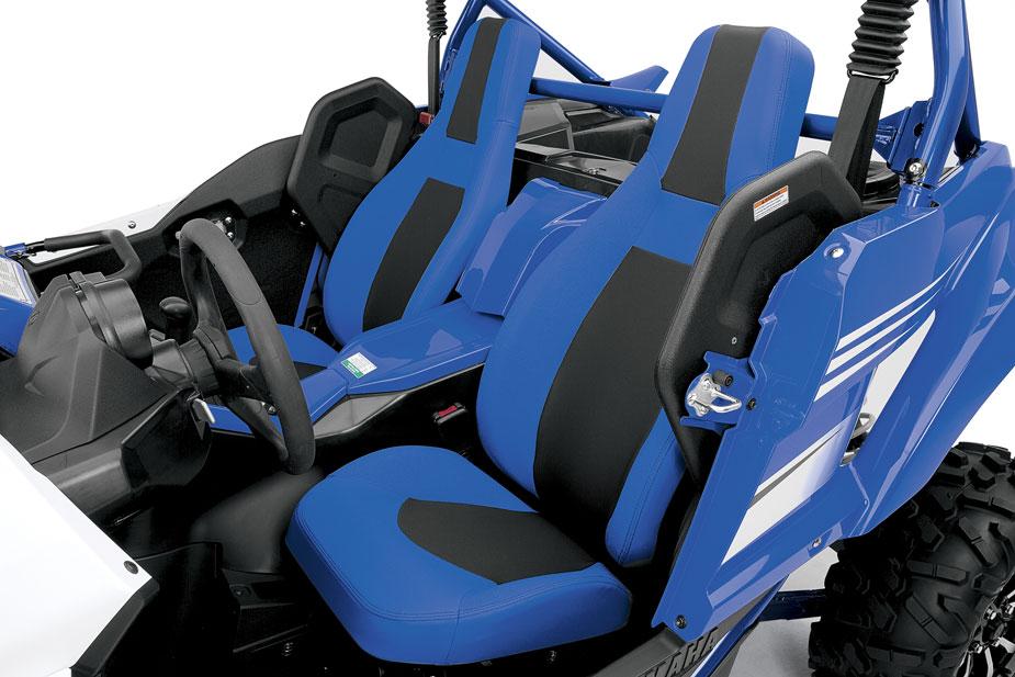 Sportlich geschnittene Sitze und höhenverstellbares Lenkrad. Nur Hosenträgergurte vermisst man.