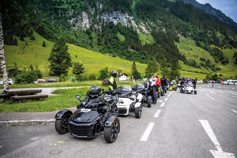 Mehrere Spyder hintereinander geparkt, im Hintergrund Berge